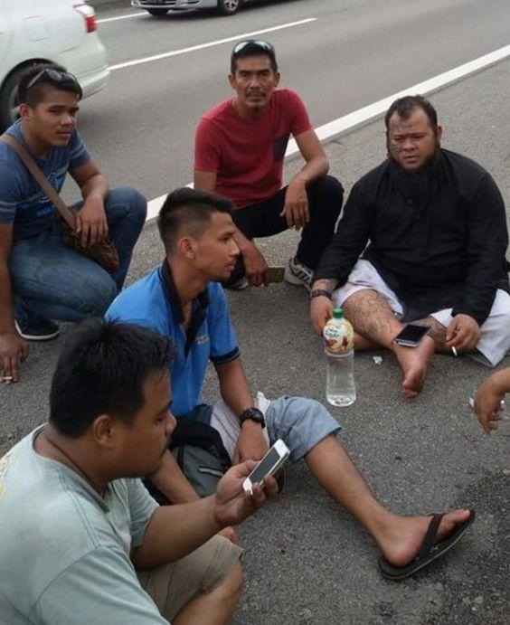 Abang Long Fadhil Kemalangan Lagi   SELEPAS terlibat dalam nahas jalan raya dua minggu lalu penceramah bebas Muhamad Fadhil Husin 29 atau dikenali sebagai Abang Long Fadhil sekali lagi ditimpa kemalangan di lebuh raya sama.  Kali ini kereta Perodua Myvi yang dinaiki bersama dua ahli keluarganya terbabit kemalangan di Kilometer 44.4 Lebuhraya Plus arah selatan berhampiran Simpang Renggam Johor kira-kira jam 2 petang semalam.  Ketika kejadian beliau dan keluarganya dalam perjalanan pulang ke…