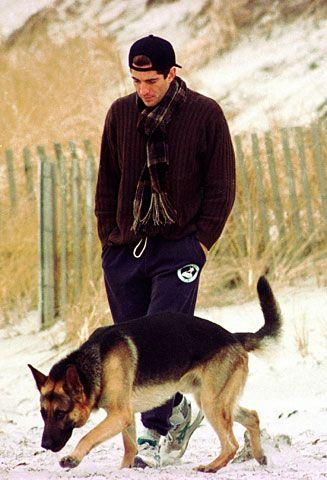 John Kennedy jr. paseando con su perro. La responsabilidad que conllevaba su apellido, no le impidió vivir con una cierta intimidad y discreción.