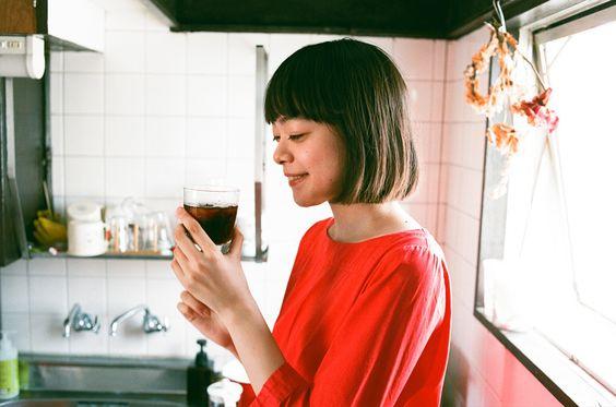 アイスコーヒーを飲んでいるkanoco