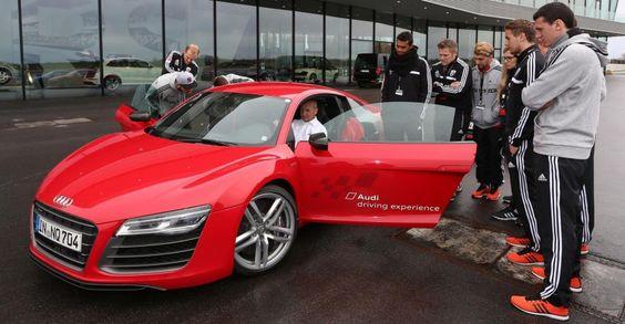 Die Spieler des FC #Ingolstadt mit dem #Audi #R8 im von #BFFT betreuten Audi Driving Experience Center in #Neuburg. #Vollgas