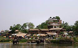 Sidharta Gautama, Buda, nació el año 623 a.C. en los famosos jardines de Lumbini, que pronto se convertirían en un lugar de peregrinación. Un ilustre peregrino, el emperador indio Asoka, ordenó erigir en ellos uno de sus pilares conmemorativos. Hoy en día, este sitio sigue siendo un centro de peregrinación, en el que los vestigios arqueológicos vinculados al nacimiento de Buda y los comienzos del budismo constituyen uno de sus principales centros de interés.