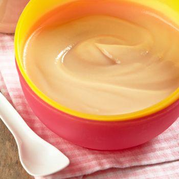 Iogurte com puré de pêra e bolacha (  de 7/8 meses) | Simplesmente Bebé