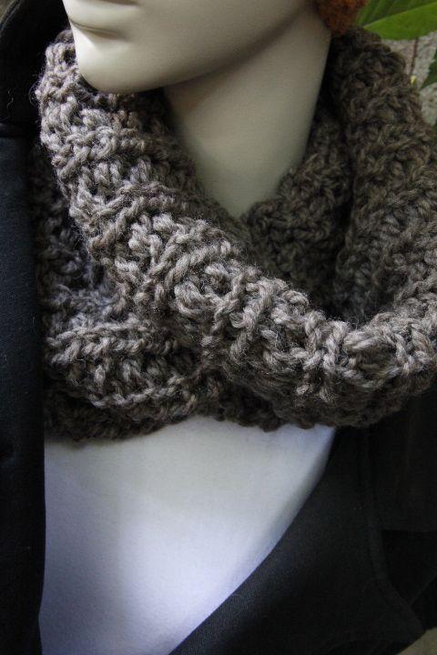 Soft wool from Peru.  Snoods for women. Mocha.  Douce laine provenant du Pérou. Foulards infinis pour femmes.  zaknit.com