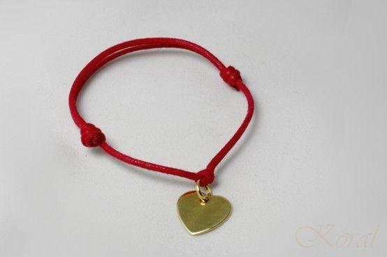 Srebrna zawieszka w kształcie serca pozłacana 3 mikronami złota na czerwonym sznureczku.