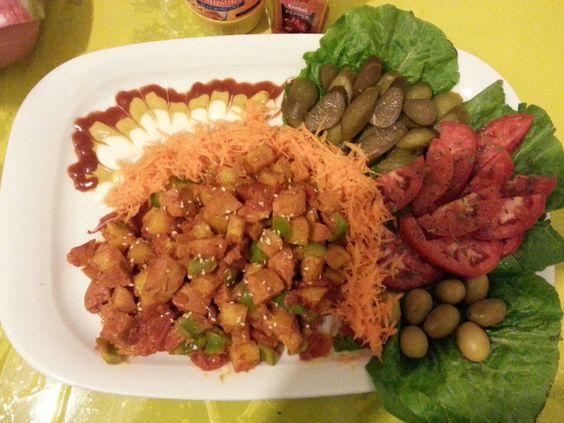 تزیین سوسیس بندری در آموزشگاه آشپزی آشپزشو قنادشو