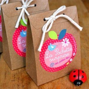 la pochette surprise fille ou gar on les petits cadeaux id e cadeau sachet bonbon invit. Black Bedroom Furniture Sets. Home Design Ideas