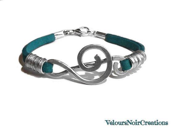 bracciale chiave di violino creato a mano in metallo martellato cinturino verde, by Velours Noir Crèations, 18,00 € su misshobby.com