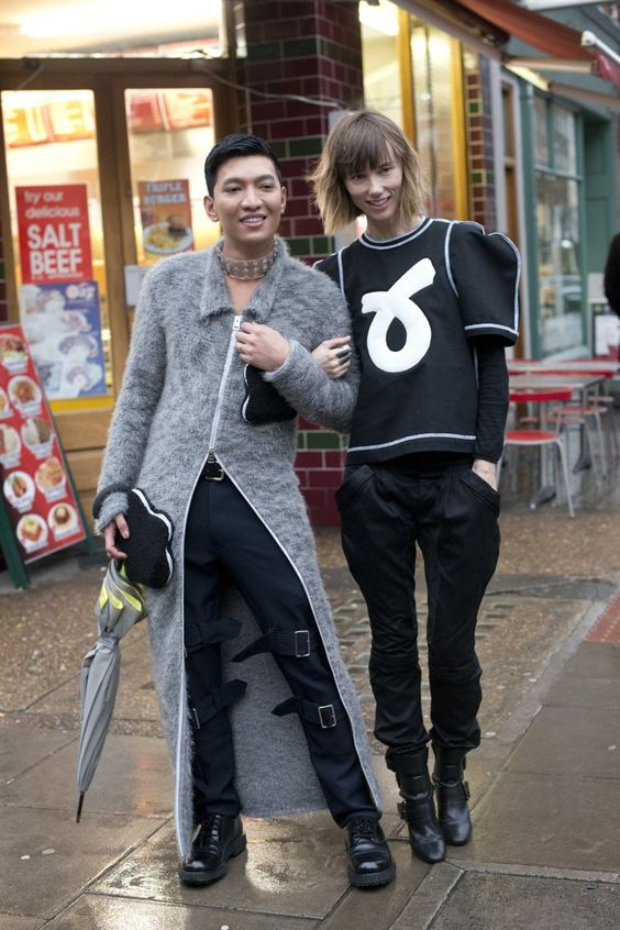 Pin for Later: Der Street Style in London ist wie gewohnt trendy . . . und etwas verrückt Tag 2 Bryanboy und Anya Ziourova