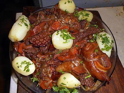 La meilleure recette de Tripes a la lyonnaise! L'essayer, c'est l'adopter! 5.0/5 (5 votes), 6 Commentaires. Ingrédients: 500 gr de tripes de boeuf blanchies et coupées en laniéres,un demi pied de boeuf,coupé en morceaux,5 gros oignons, 2 carottes,une branche de céleri,un bouquet garni,une gousse d ail,25 cl de vin rouge(beaujolais),graisse de canard,10 cl de bouillon de boeuf,une cac de cumin en poudre,sel,poivre du moulin,une cas de persil haché
