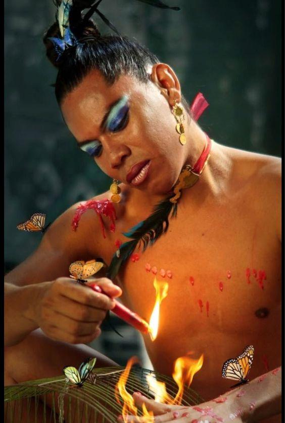 Avendaño durante su interpretación artística 'No soy persona, soy mariposa'. Cortesía Mario Patiño