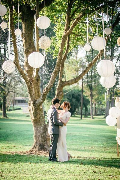 weisse Lampions am Baum -- Hochzeitsdeko