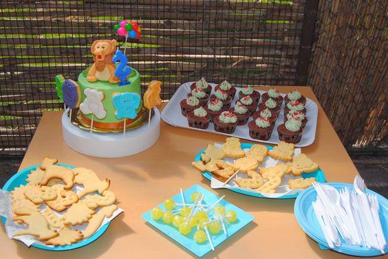 """mini sweet table """"compleanno allo zoo"""": torta con Leone cake topper; biscotti animaletti semplici e decorati; cupcakes con ganache; bomboloni. http://3gufettisulcomo.blogspot.it/2014/03/compleanno-allo-zoo.html"""