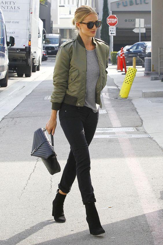 Rosie Huntington-Whiteley con jeans de Paige Denim, chaqueta bomber de Saint Laurent, camiseta de algodón de Isabel Marant Étoile, gafas de sol de Céline, bolso Saint Laurent y botines de Gianvito Rossi