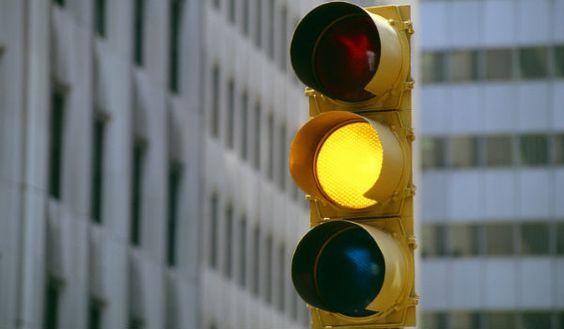 Sinal amarelo: o que fazer?