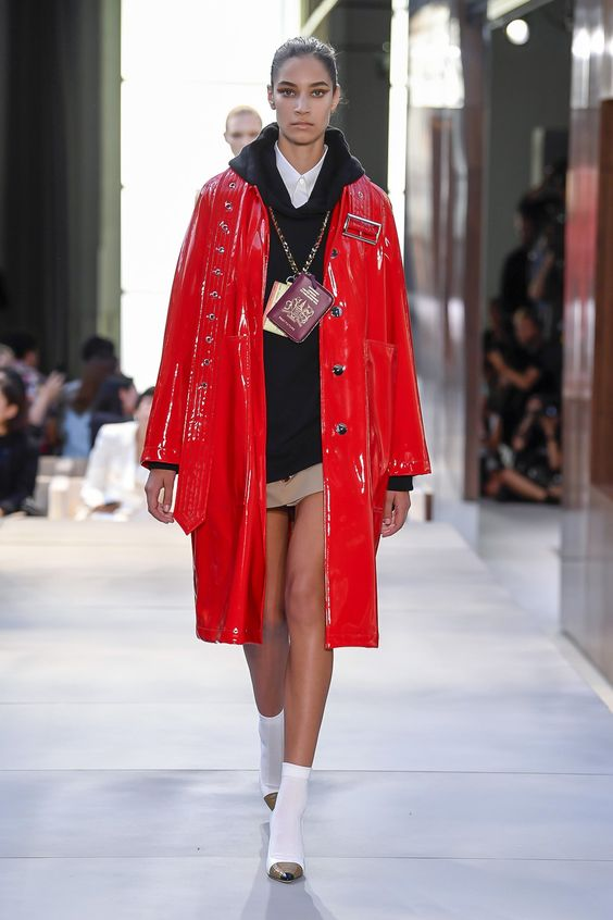 Burberry Spring 2019 Ready-to-Wear collection, runway looks, beauty, models, and reviews.
