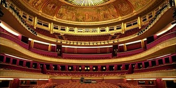 Le théâtre des Champs Elysées Il se situe avenue Montaigne et est l'oeuvre des frères Perret Bâtiment construit en 1913 de style mixte art déco et classique abritant trois salles de spectacle et un restaurant.