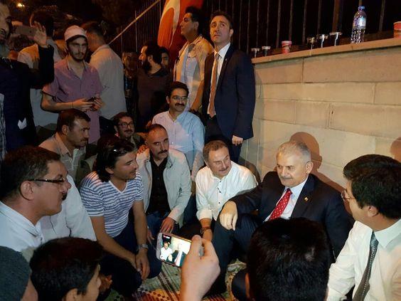 """رئيس الوزراء بن علي #يلدريم يتوسط المواطنين المرابطين حول """"قصر تشانكايا"""" في العاصمة #أنقرة صونا للديمقراطية https://t.co/bZ83D8fzxP"""