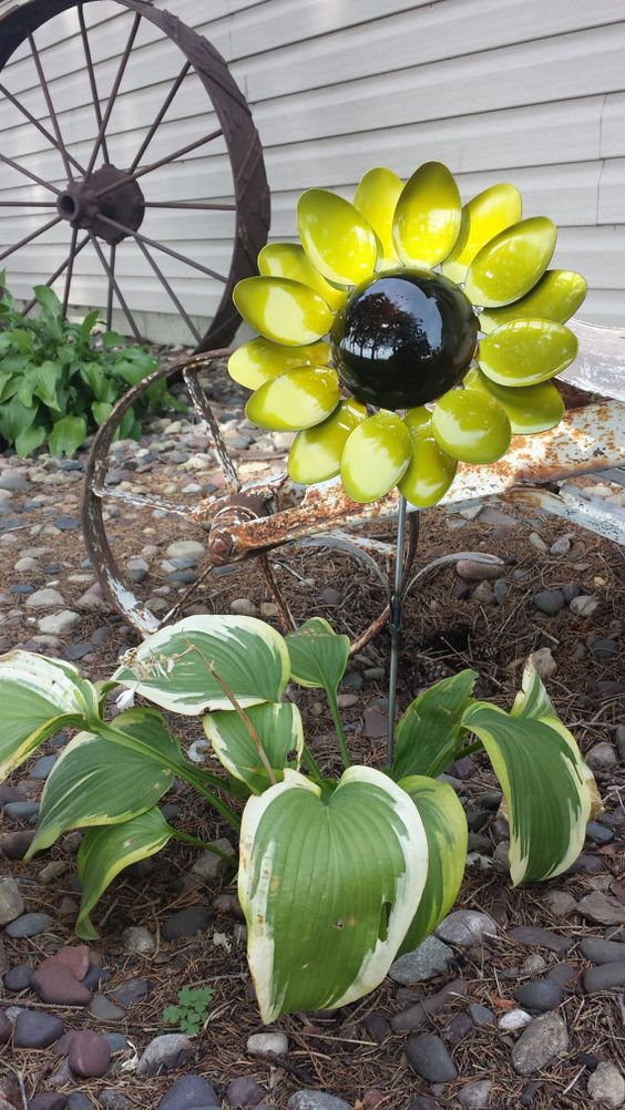 This sunflower spoon flower is welded together with sixteen spoons. Spoon handles are used as the leaves of the flower. Coated with a: