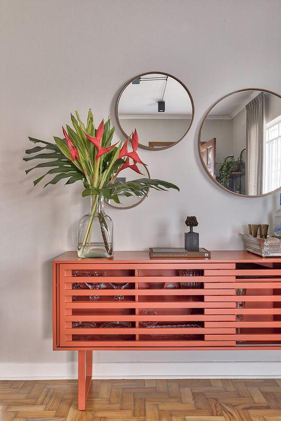 Decoração de casa. Parede cinza, aparador, bar em casa, flores, espelho redondo, poltrona, banco de madeira.  #decoracao #decor #details #casadevalentina