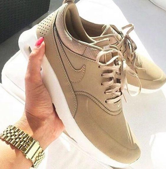 Nike Damenschuhe Beige Gold