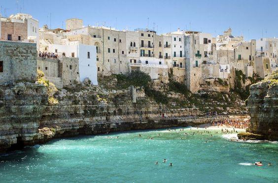 Escondida no salto da bota italiana, a cidade de Polignano a Mare é um tesouro da província de Bari!