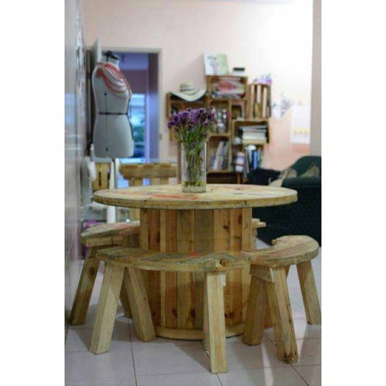 Comedor circular con 4 sillas reciclado de un carrete for Muebles reciclados para un estilo industrial