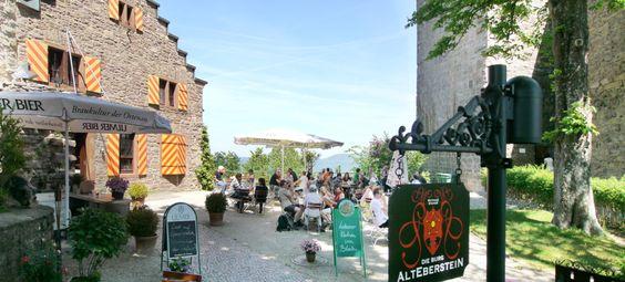 Burg Alt-Eberstein bei Baden-Baden • Es war die Epoche der Romantik, die Zeit der Schöngeister, der Mystik, der bildenden Kunst, der Literatur und der Musik, und ein wenig die Sehnsucht nach früheren  Zeiten, die bekanntlich immer besser schienen, als die in der man lebte.  Viele Sagen,  wie die die auf den Kachelwänden an der Trinkhalle von Baden-Baden verewigt wurde, nach der die Tochter des Kaisers dem Grafen Eberstein verraten hatte, dass ihr Vater die Burg überfallen wolle, ..