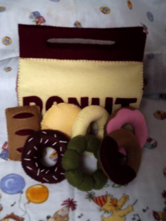 ◆送料無料◆【作品の特徴】フェルトで作った、「ドーナツショップ」のままごとセットです。ミスタードーナツをイメージしてみました。ドーナツは全部で7種類。ドーナツ...|ハンドメイド、手作り、手仕事品の通販・販売・購入ならCreema。