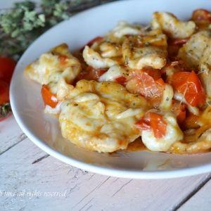 Petto di pollo con pomodorini e mozzarella (Chicken breast with tomatoes and mozzarella)