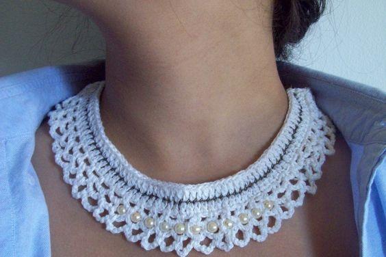 Confeccionada em crochê sobre corrente dourado velho, com pérolas marfim aplicadas no centro e fecho em três pérolas marfim. Disponível na cor branca.