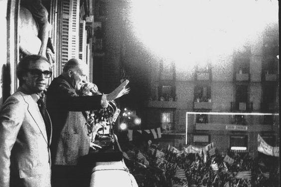 "23 de octubre de 1977. Josep Tarradellas dice el famoso ""Ja soc aquí"" desde el balcón del Palau de la Generalitat."
