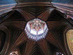 Catedral de Ely en Cambridgeshire, Inglaterra.  La construcción de la catedral actual fue iniciada en 1083 .  Se le conoce localmente como «la nave de los Fens» debido a su forma prominente que se eleva sobre el paisaje llano y acuoso circundante.