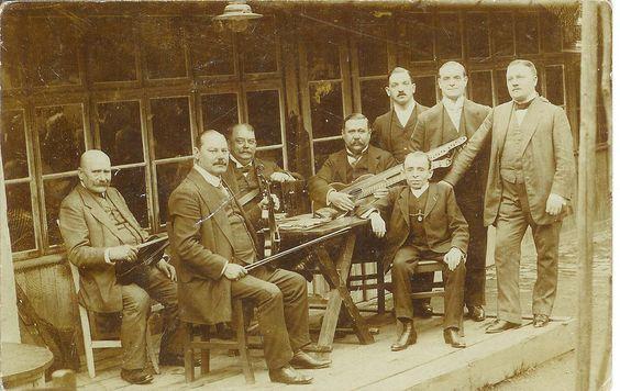 Das Lenz-Terzett, bekannte Heurigenmusiker beim Feuerwehrwagner im Jahre 1909