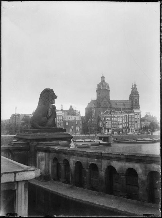 Ooit stonden er 22 grote stenen leeuwenbeelden op de spoorviaducten die deel uitmaken van het Amsterdamse Centraal Station. Er stonden er acht op de Oostertoegang, nog eens acht op de Westertoegang en zes op het spoorviaduct tegenover de Eenhoornsluis (hoek Korte Prinsengracht met Haarlemmer Houttuinen). Deze zandstenen beelden waren manshoog. PersberichtGenootschap Leeuwen van het Centraal Station