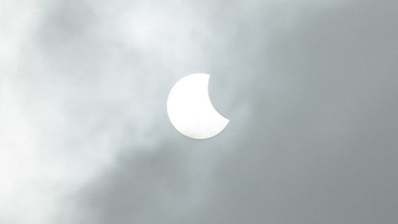 Door nevel, mist en laaghangende bewolking was de eclips vanmorgen slechts her en der in het land te bewonderen. Via onze livestream kan u de zonsverduistering…: