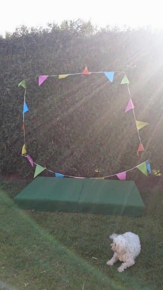Kinderpodium gemaakt van 2 palletten met groene grasmat op geniet.