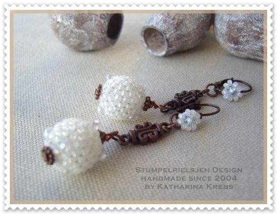 Beadwork-geperlte Perlen    In Handarbeit hergestellte Perlen in weiß, verbunden mit kupferfarbenen Metallelementen ergeben einen romantischen Ohrs...
