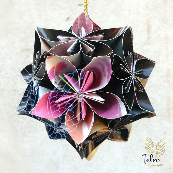Kusudama (薬玉; de kusu (japonés= kusuri), medicina, y de dama (japonés= tama), bola) es otra manera de hacer origami (papiroflexia) con varios módulos de papel. Originariamente fueron utilizadas para contener incienso y otros olores.
