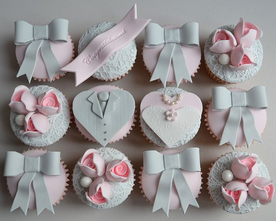 Bride and Groom Cupcakes by Little Paper Cakes, via Flickr  #cupcakes