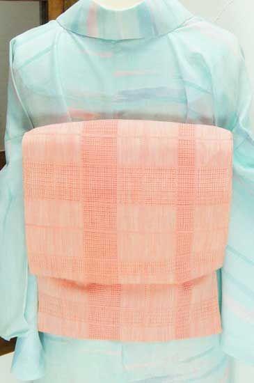 クリーム色にコーラルピンクの幾何学格子の透かし模様が浮かび上がる夏帯です。 #kimono
