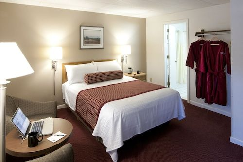 Book Country House Resort In Sister Bay Hotels Com In 2020 Door County Lodging Affordable Rooms House Rooms