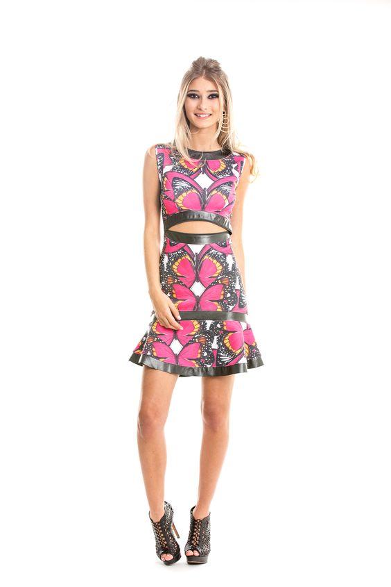 Vestido curto sem mangas com estampa de borboletas em rosa e babados na barra. Detalhes em couro e vazado na cintura, estilo cropped.