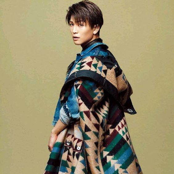 幾何学模様の服の岩田剛典