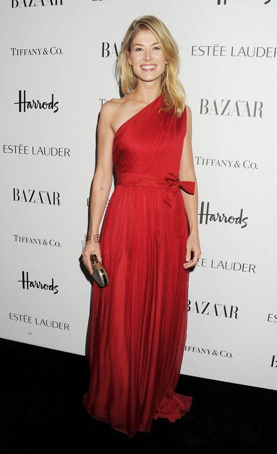 Pin for Later: Vom Bond Girl zum Gone Girl: Rosamund Pike's Verwandlung Rosamund Pike Giambattista Valli kleidete Rosamund auch für dieHarper's Bazaar Woman of the Year Awards im Oktober 2012 ein.