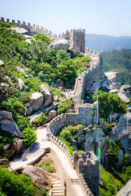 Sintra Portugal Pena Palace Moorish Castle Day Trip Lisbon Clique aqui http://mundodeviagens.com/melhores-destinos-sonho-viajantes/ e faça agora mesmo Download do nosso E-Book Gratuito com 30 DESTINOS DE SONHO PARA VIAJANTES