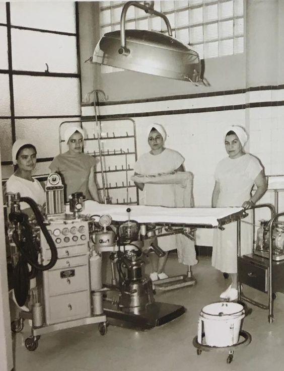 Enfermeras en clase de cirugía en 1960 en el Hospital de Juárez de México: