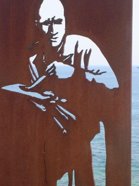 Santander, preciosa escultura de acero corten al lado del mar