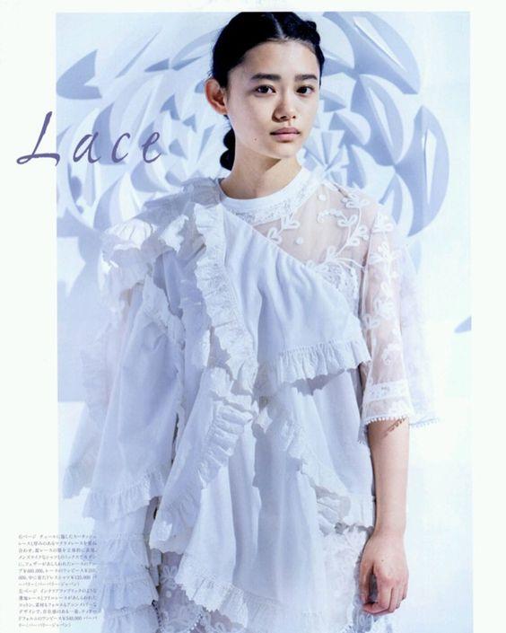 白いドレスを着た杉咲花