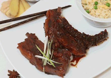 Η μοναδική περίπτωση να αντισταθείς στα κινέζικα porkribs είναι να είσαι χορτοφάγος! Καραμελωμένα παϊδάκια, ψημένα μέχρι να λιώνουν στο στόμα, σε κάνουν να πετάς μαχαιροπίρουνα και chopstik...