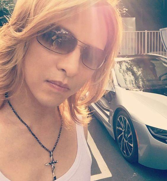 愛車と映っているサングラスをかけたXJAPAN・YOSHIKIの画像